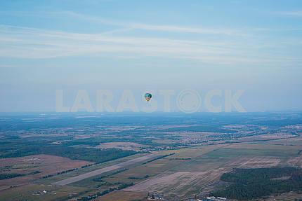 Вид сверху - ландсакейп. Маленький город и горизонт. Полет на воздушном шаре. Корзина 1000 метров. С удовольствием, романтический полет