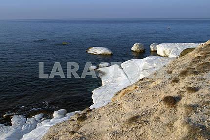 Скалы и песок на берегу моря