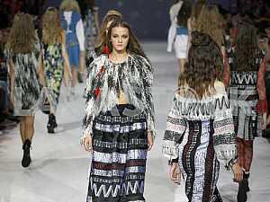 Модели идут по подиуму во время демонстрирации нарядов украинского дизайнера Алены Серебровой
