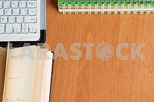 Стек книг в твердом переплете на деревянном столе. Обратно в школу. Копирование пространства. Вид сверху