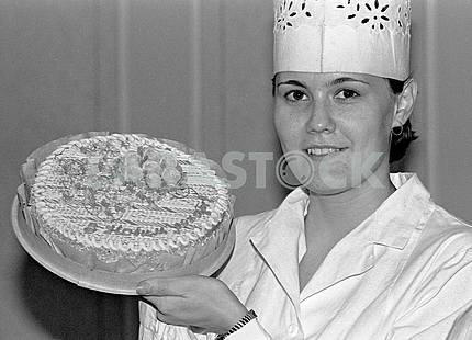 Работница киевской кондитерской фабрики имени Карла Маркса демонстрирует новогодний торт, декабрь 1986 года