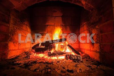 Горящий огонь в камине