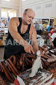 """Мужчина торгует рыбой на рынке """"Привоз"""" 5 июля 2012 года"""