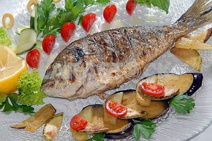 Жареная рыба дорадо с овощами