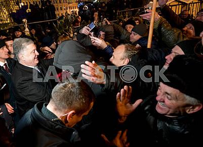 Петр Порошенко и верующие на Софийской площади