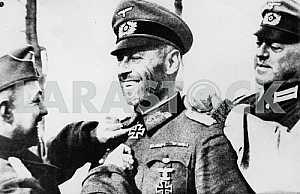 Немецкому генералу вручают Железный Крест