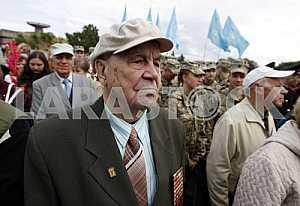 Ветеран принимает участие в Марше мира в Киеве