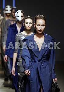 Модели в разных одеждах демонстрируют наряд украинского дизайнера ДИА