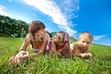 Мать с детьми идет на поле