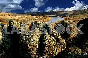 .Большой  валун , монастырище осень, Река,  урочище каскады , на фоне голубого неба