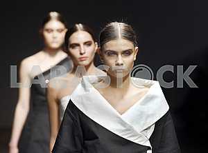 Модели в черно-белых одеждах демонстрируют коллекцию украинского дизайнера Екатерины Садовской