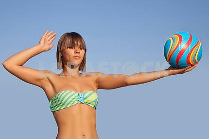 Молодая красивая женщина держит волейбол мяч