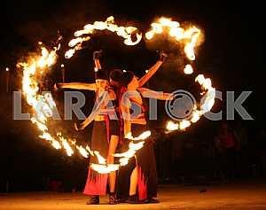 Артисты жонглируют огненными булавами