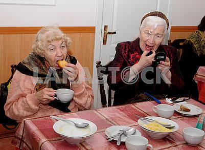 Малообеспеченные жители обедают
