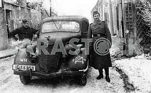 Немецкие солдаты у автомобиля Форд