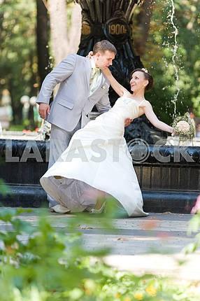 Жених и невеста радость от фонтана фоне