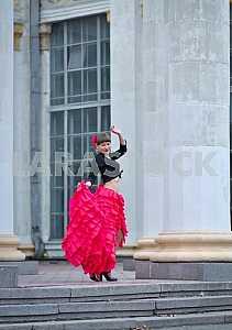 Женщина танцы Кармен в насыщенный розовый длинные вьющиеся юбке, с привязанной волосами, и цветок в волосах, в черной блузке, в том числе колонны,