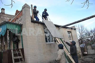 Спасатели ремонтируют дом