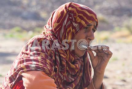 Бедуинка сворачивает самокрутку