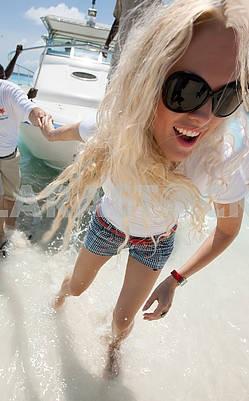 Девушка спускается с лодки на Мальдивах