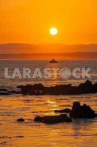 Яхта на фоне красивого рассвета в заливе Монтерей