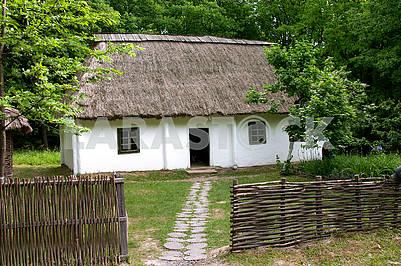 Деревянный дом конца 19 века с тростниковой крышей. Старый трейд