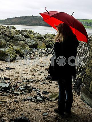 Молодая женщина с красным зонтиком