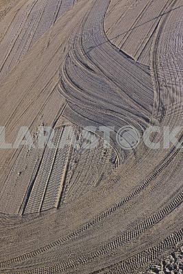 Очищенный песок трактором на средиземноморском пляже утром