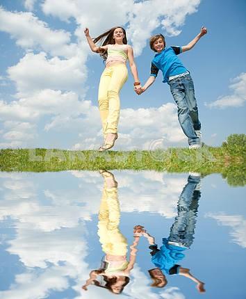 Девочка и мальчик прыгает
