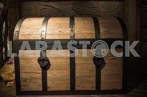 Огромный сундук в резиденции деда Мороза.