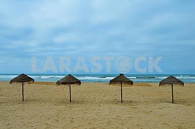 Екзотичні парасольки на пляжі