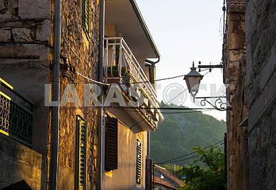 Балкон, ставни, фонарь в лучах утреннего солнца