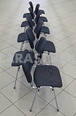 Порожні чорні стільці з нержавіючої сталі