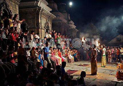 Ритуальный танец на церемонии сжигания тела в Непале