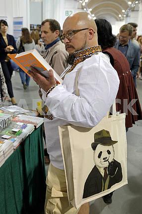 Мужчина выбирает книгу