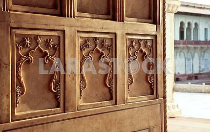Мраморные орнаменты на стенах Дворца