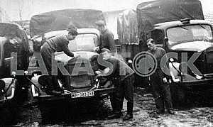 Немецкие солдаты возле грузовика Мерседес-бенц. Вторая мировая война
