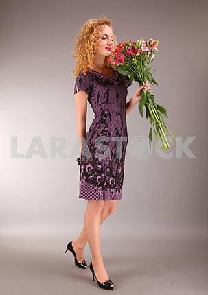 Красивая молодая женщина в светлом платье с цветами на сером backgr