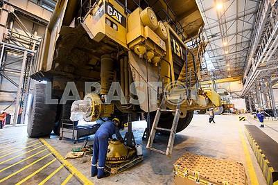 Грузовик Cat в ремонтном цеху