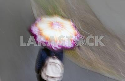 Женщина, идущая с зонтиком