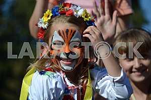 Девочка раскрашенная в тигра на дне Славянска