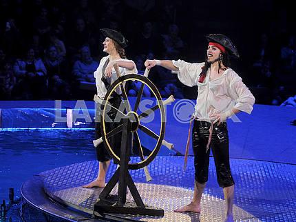 Артисты цирка в костюмах пиратов