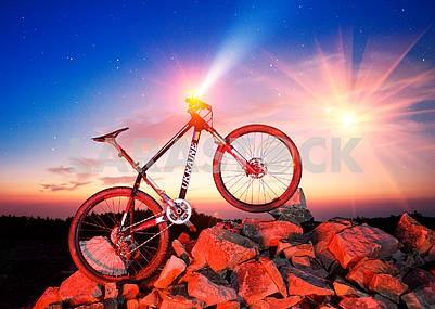 Горный углеродный велосипед и звезды