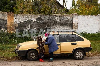 Девочка и женщина возле машины