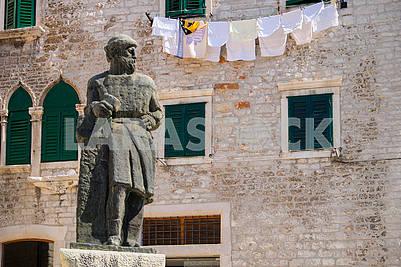 Каменная статуя и белье
