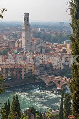 Мост Понте Пьетра и колокольня Вероны