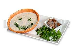 Суп-пюре со специями на белом фоне