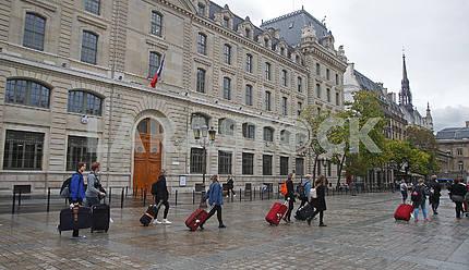 Прохожие на площади в Париже