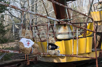 Плюшевые игрушки на карусели в городе Припять