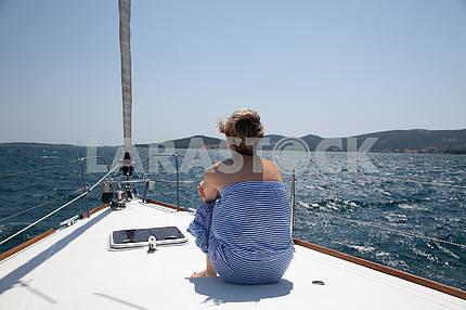 Молодая женщина, парусный спорт на яхте